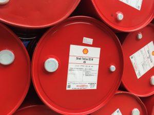 Dầu Shell Omala S2 G ( Nhật Bản )Dầu Shell Omala S2 G là loại dầu bánh răng, dầu áp suất cao chất lượng cao được thiết kế chủ yếu chobôi trơn bánh răng công nghiệp nặng. Khả năng chịu tải cao và chống ma sátđặc điểm kết hợp để cung cấp hiệu suất cao trong bánh răng. Dòng sản phẩmđược điều chế bằng cách sử dụng hệ thống phụ gia lưu huỳnh phốt pho hiệu quả để cung cấp một hiệu suất áp lực cực độ cho phép ứng dụng không gặp sự cố rong hầu hết hộp số công nghiệp sử dụng thép và xoắn ốc bánh răng. Nguồn gốc xuất xứ: Nhật Bản Là 1 sản phẩm chính hãng được sản xuất Shell, thương hiệu hàng đầu thế giới về sản xuất dầu nhờn. Thông số kỹ thuật: P-63 (ISO 68), P-76 (ISO 100),P-77 (ISO 150), P-74 (ISO 220), P-59 (ISO 320),P-35 (ISO 460), P-34 (ISO 680) ;AGMA 9005- EO2 ISO 12925-1 Loại CKD (ISO 68, 100, 150, 220,320), Loại CKC (ISO 460, 680)DIN 51517. Quy cách đóng hàng: phuy 200 lít.